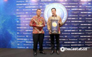 Herman Goh, Finance Director PT Modernland Realty Tbk. (kanan) didampingi Gunawan Setyo Hadi, Corporate Communication Department Head PT Modernland Realty Tbk. (kiri) seusai menerima penghargaan Golden Property Awards (GPA) 2021.