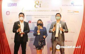 Lusia Widyastuti, HR Industrial Estate Dept. Head PT Modern Industrial Estat (tengah) berdampingan dengan Wahyu Hidayatulloh, Marketing & Sales Manager PT Modern Industrial Estate (kanan) berpose bersama seusai menerima trophy penghargaan Properti Indonesia Award 2021.