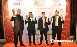 Gunawan Setyo Hadi, Corporate Communication Department Head PT Modernland Realty Tbk. (paling kanan) berpose bersama dengan team promosi Modernland Cilejit seusai menerima trophy penghargaan Properti Indonesia Award 2021.