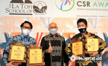 Shinji Teraoka Pandu Setio PT Sharp Electronics Indonesia Nusantara CSR Award 2021 realestat.id dok